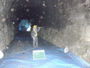 トンネル吹付工事 吹付状況_1