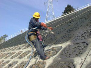 詰石飛散防止工事モルタル吹付状況